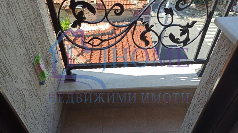 Тристаен апартамент зад Общината